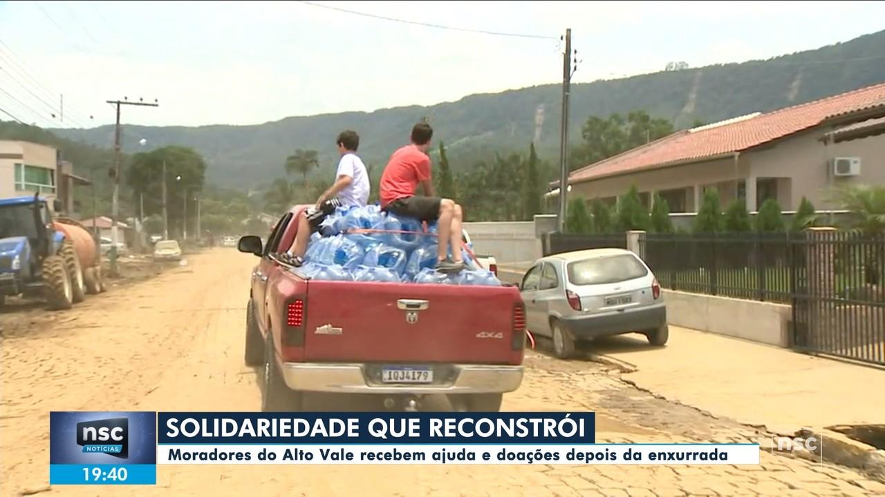 Moradores do Alto Vale recebem ajuda e doações depois da enxurrada