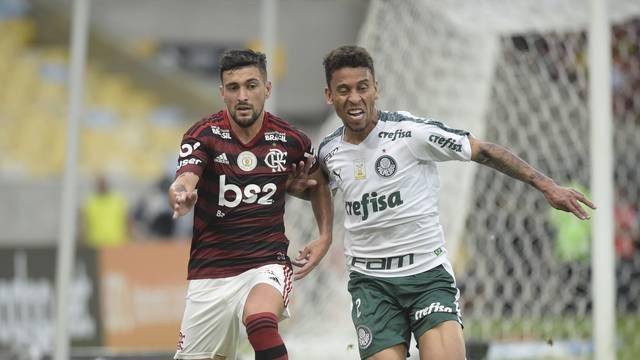 Arrascaeta disputa lance com Marcos Rocha