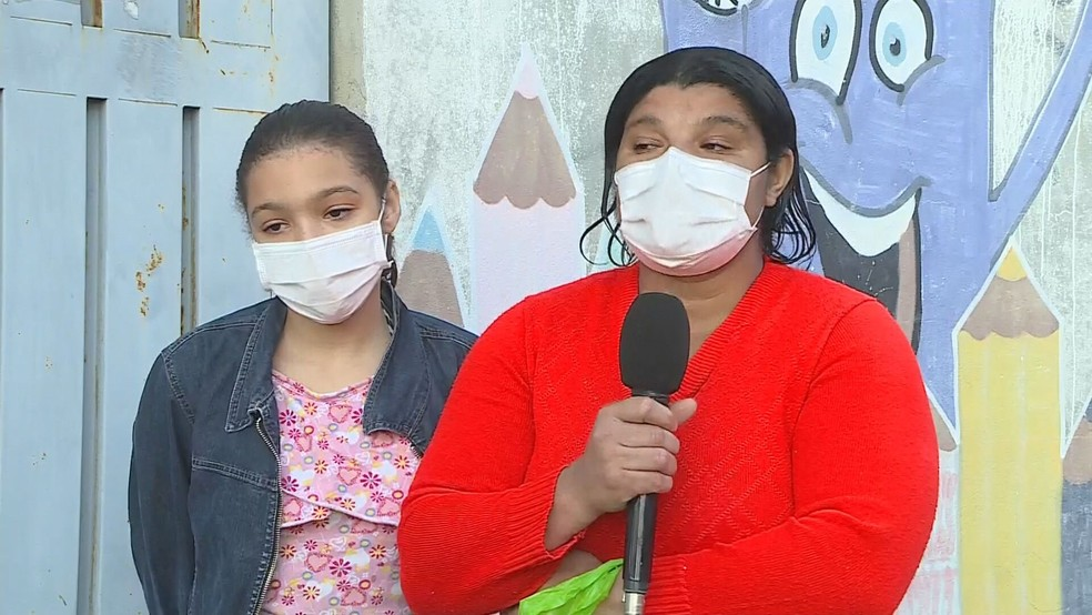 Isabella e a mãe, Marilene foram as primeiras da fila na Escola Municipal Jorge Afonso Defensor, em Betim — Foto: Reprodução/TV Globo