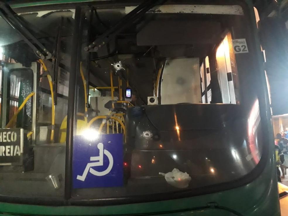 Ônibus é atingido por tiros, no bairro do Uruguai, em Salvador — Foto: João Brito/TV Bahia