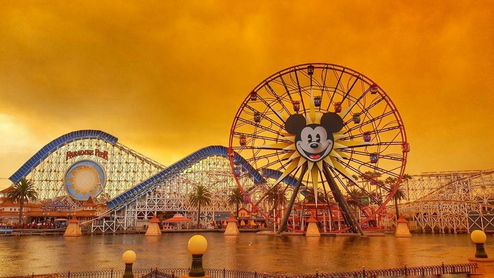 21c933efd ... 9 de outubro - O parque de diversões da Disneyland é visto durante os  incêndios florestais