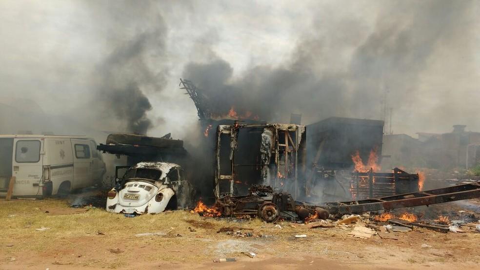 Moradores tentaram apagar incêndio em lote baldio  (Foto: Claudemir Macedo/TV Anhanguera )