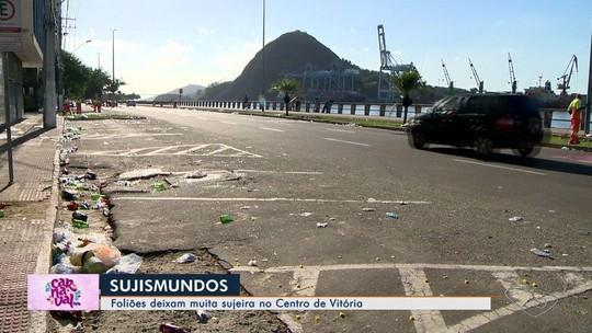 Após blocos, ruas de Vitória ficam tomadas por lixo e moradores reclamam