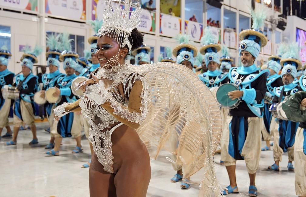 Maryanne Hipólito, Rainha de Bateria da Acadêmicos do Cubango, é traída pela fantasia e mostra demais — Foto: Marcos Serra Lima/G1
