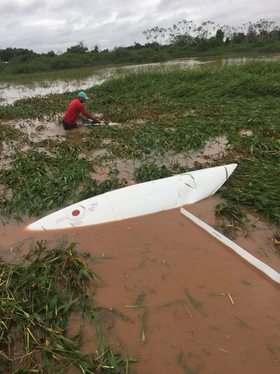 Avião acabou 'atolando' em uma área alagada, na região de Barão de Melgaço (Foto: Divulgação)