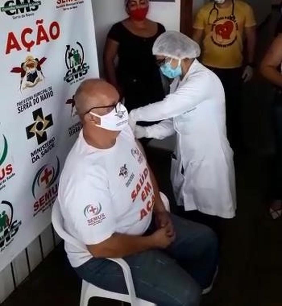 Secretário de saúde de Serra do Navio, Randolph Scooth, foi imunizado contra a Covid-19 — Foto: Prefeitura de Serra do Navio/Divulgação