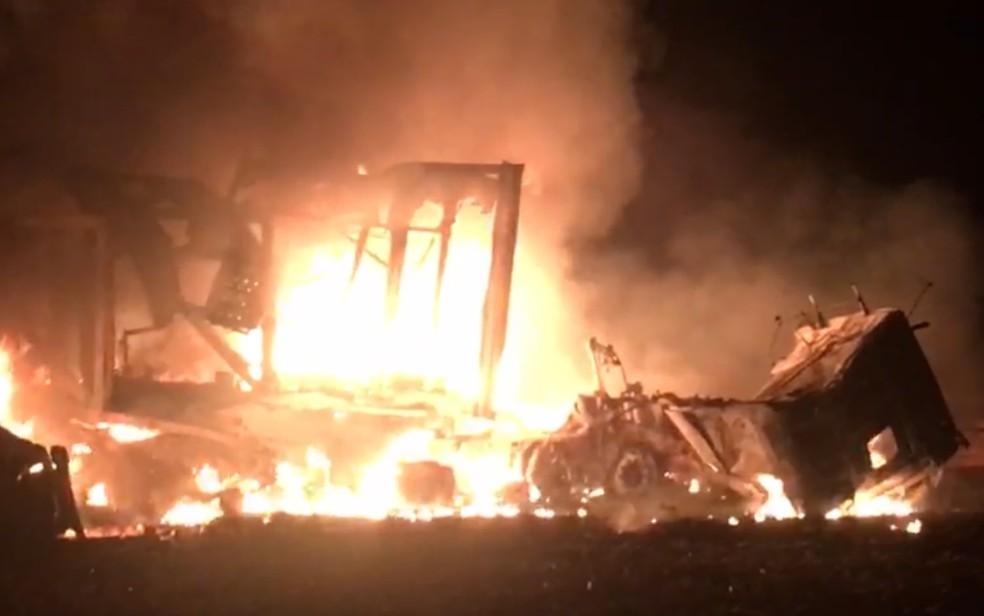 Caminhoneiros morrem em acidente na BR-364, em Mineiros, Goiás — Foto: Bruno Dourado/TV Anhanguera