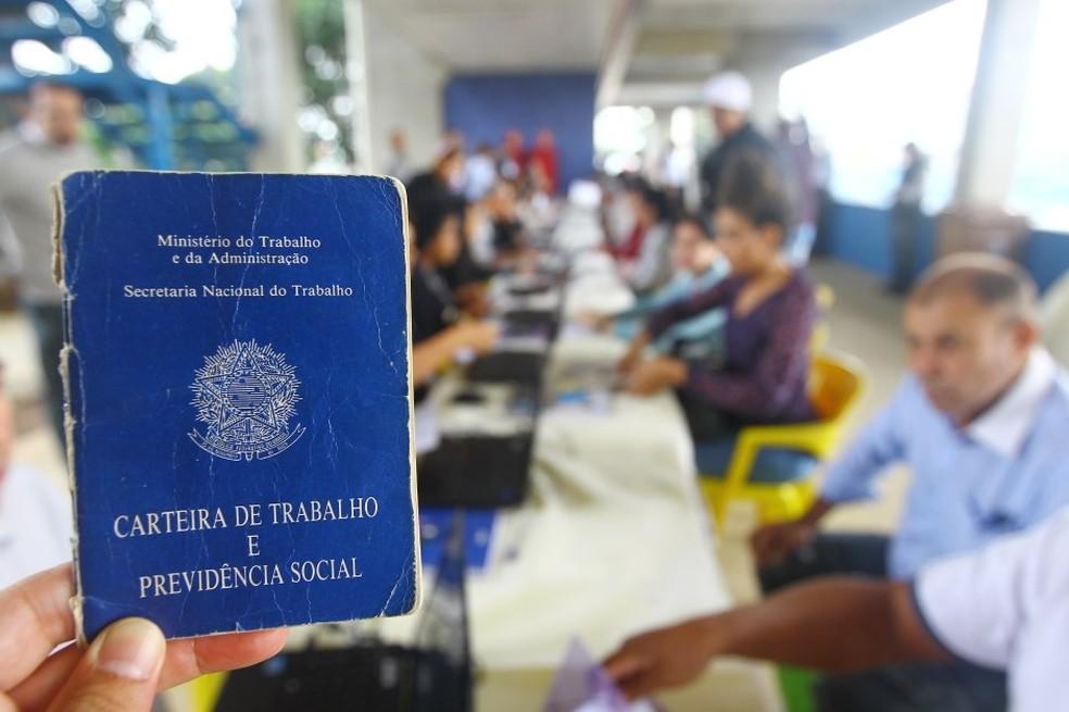 Carteira de Trabalho — Foto: Claudio Vieira/Prefeitura SJC