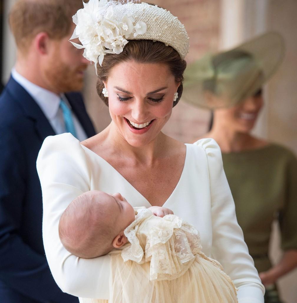 Kate Middleton chega com príncipe Louis no colo à capela real Saint James, em Londres, para o batismo. — Foto: Dominic Lipinski/AP
