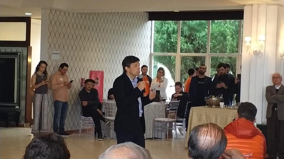 João Amoêdo em encontro com simpatizantes do partido em restaurante em Florianópolis — Foto: Ricardo Von Dorff/NSC TV