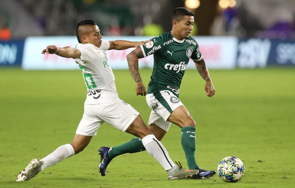 Dudu avança sobre a marcação do Atlético Nacional — Foto: Cesar Greco/Ag. Palmeiras