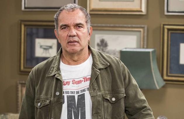 Endividado, Herculano (Humberto Martins) interromperá as filmagens de seu longa e decidirá aceitar um emprego na PopTV (Foto: TV Globo)