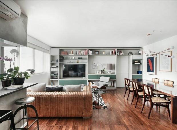 LIVING | Sala de estar e de jantar formam um único ambiente, totalmente integrado. Quadros da Galeria Zipper e da Mônica Filgueiras. O piso de sucupira é original do apartamento.  (Foto: Sidney Doll/Divulgação)