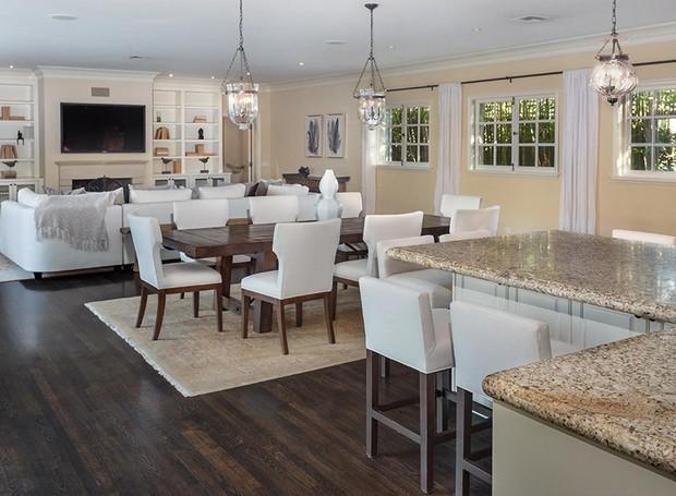 Uma sala de televisão e jantar é acoplada à cozinha (Foto: Berkshire Hathaway HomeServices/ Reprodução)