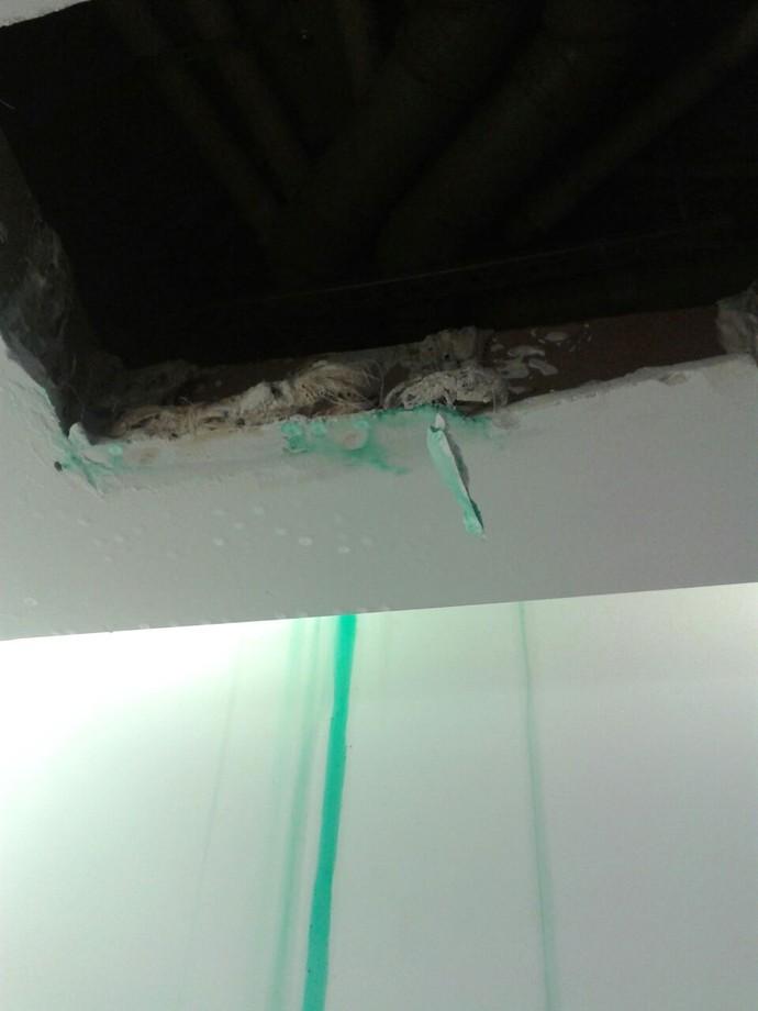 Buraco no teto do que será o escritório da delegação australiana. Vazamento teria sido causado por problema na hidráulica da Vila (Foto: GloboEsporte.com)