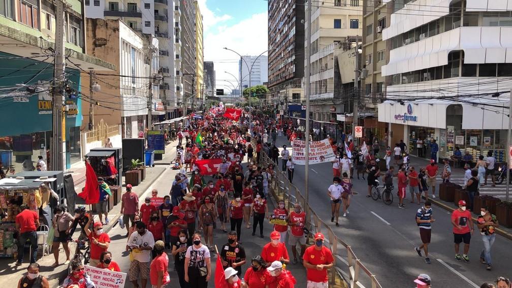 Ruas do centro ficam ocupadas com ato contra o presidente Jair Bolsonaro, no Recife, neste sábado (24) — Foto: Marlon Costa/Pernambuco Press