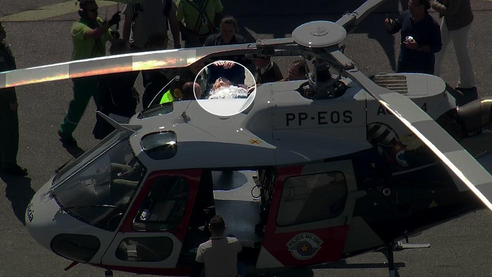 Jair Bolsonaro é colocado em helicóptero da PM para ser levado ao hospital Albert Einstein, em São Paulo (Foto: Reprodução/TV Globo)