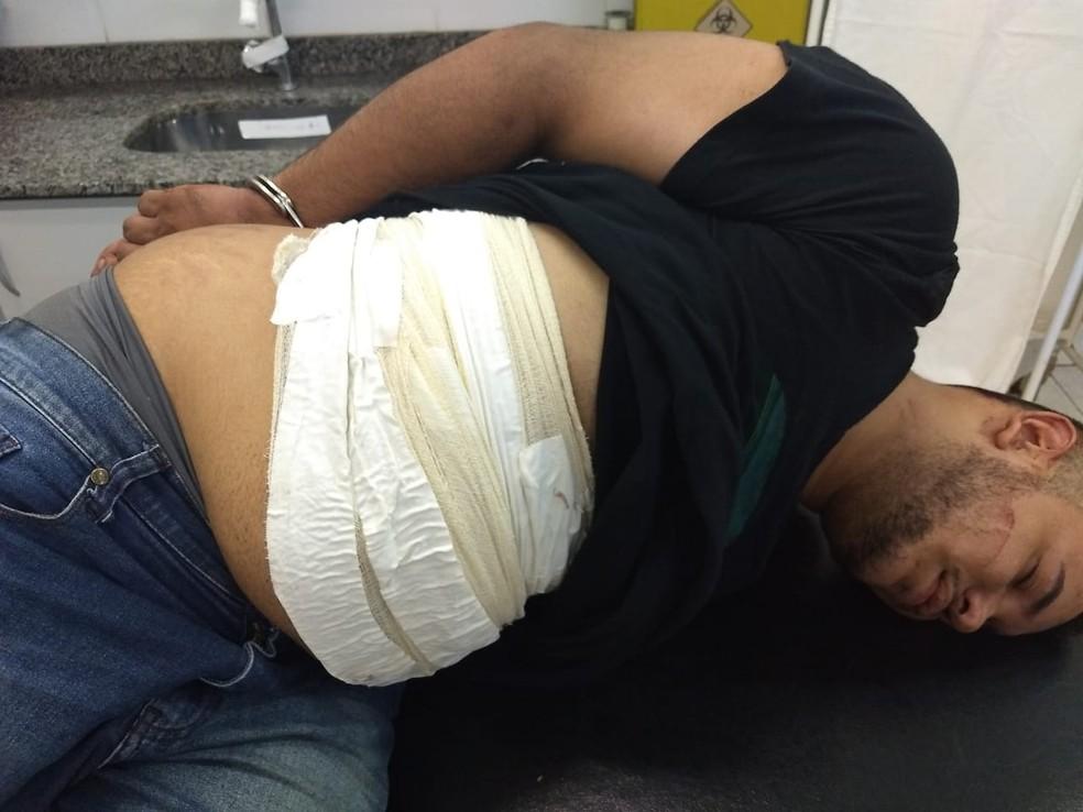 Jair Dorileo Neto foi preso com droga enfaixada no abdômen no aeroporto de Várzea Grande — Foto: Polícia Militar de Várzea Grande