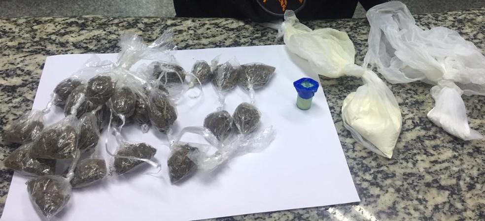 Drogas apreendidas pela PM dentro de residência em Pinheiral. — Foto: Divulgação/PM