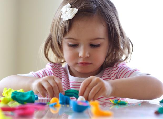 As melhores brincadeiras para estimular o desenvolvimento do seu filho por  idade - Revista Crescer   Desenvolvimento