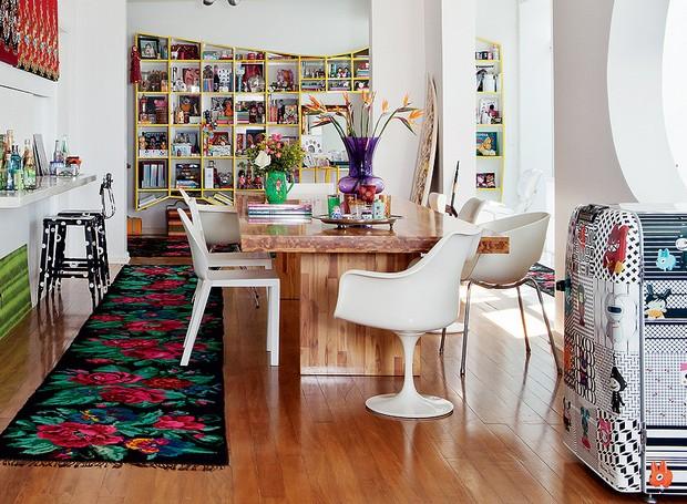 A designer Adriana Barra investiu em um ninho repleto de suas paixões, como as estampas. À direita, na sala, o frigobar leva a sua assinatura, em série numerada e esgotada (Foto: Lufe Gomes)