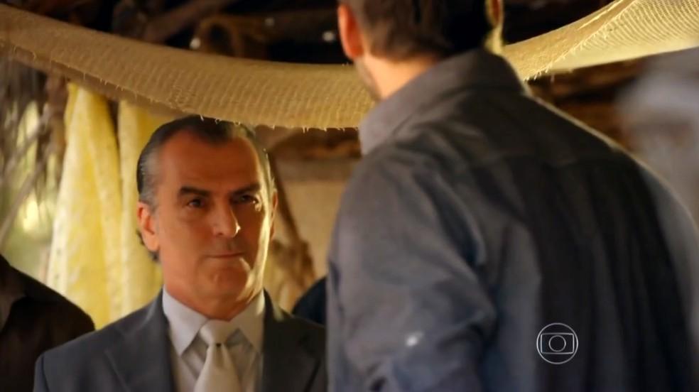 Gonzalo (Norberto Presta) manda seus homens levarem Cassiano (Henri Castelli) para a pista de voo - 'For do Caribe' — Foto: Globo