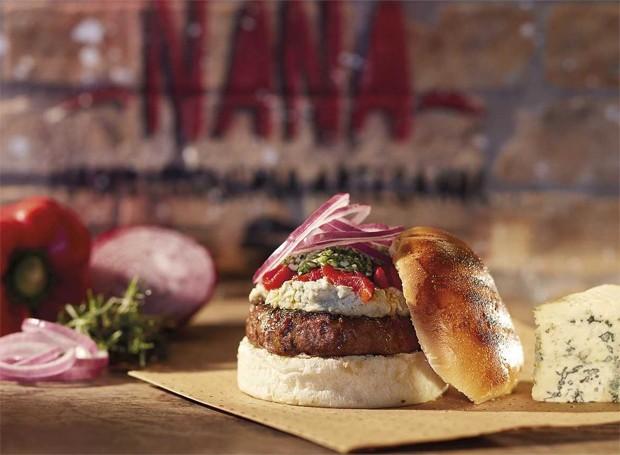 Hambúrguer com pesto de rúcula e creme gorgonzola (Foto: Divulgação)