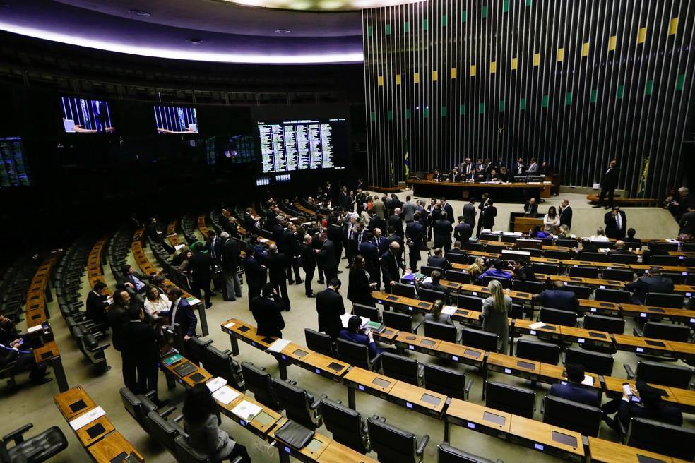O presidente da Câmara dos Deputados, Rodrigo Maia (DEM-RJ), reabre a sessão do plenário da Casa para a votação dos destaques ao texto-base da reforma da Previdência, aprovado ontem, em Brasília, nesta quinta-feira (11). — Foto: GABRIELA BILÓ/ESTADÃO CONTEÚDO