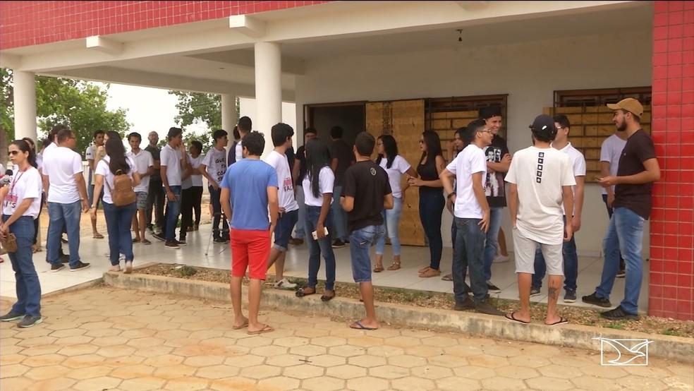 Universitários realizam mobilização para reivindicar conclusão de campus de universidade em Balsas — Foto: Reprodução/ TV Mirante