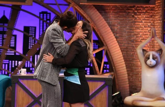 Juliana Paes beijou Tatá Werneck no palco do 'Lady Night'. 'Menino, teve língua!', brincou a apresentadora (Foto: Divulgação)