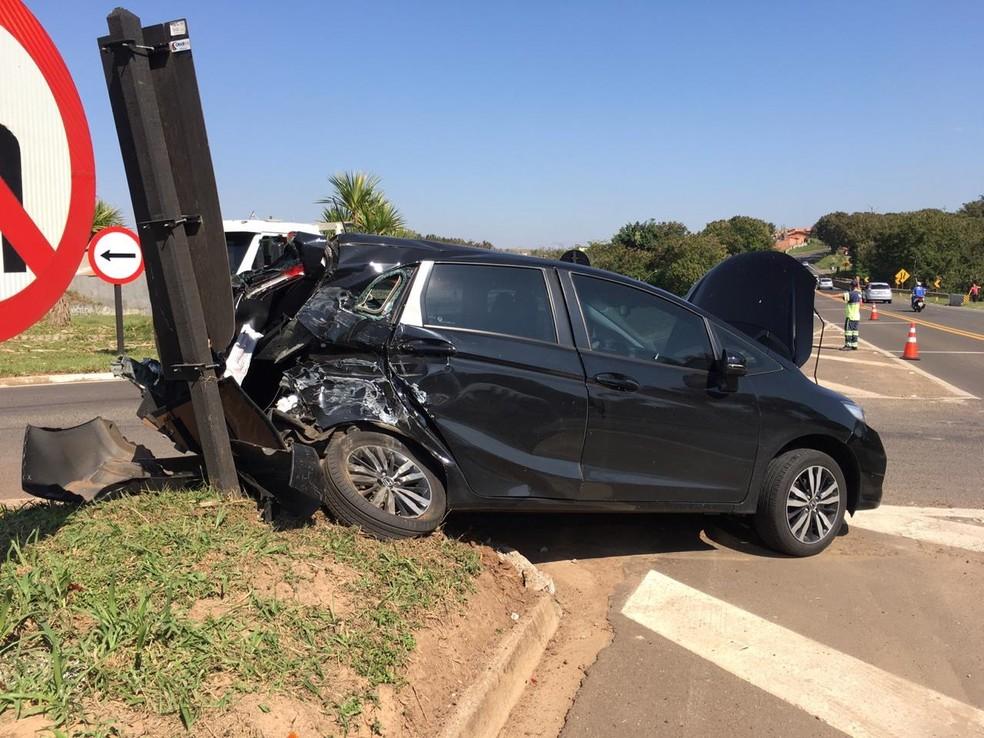 Caminhão e carro se envolvem em acidente na Rodovia Marechal Rondon — Foto: Edson Junior/LP Informativo