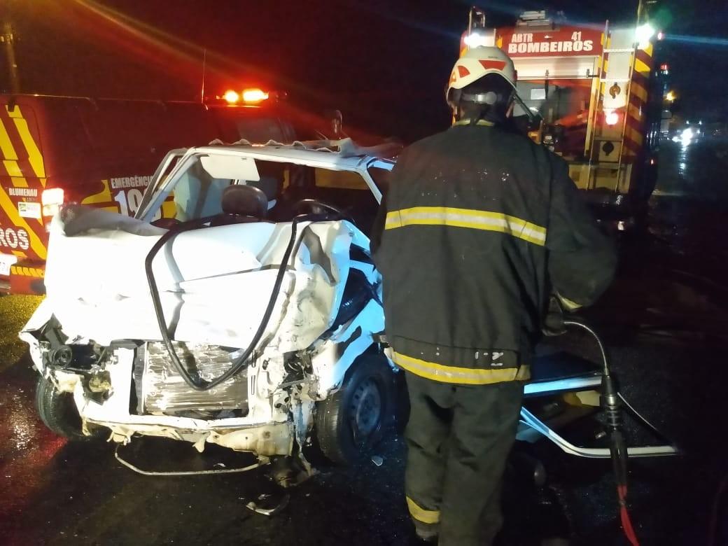 Homem morre em acidente entre carro e caminhão em Blumenau