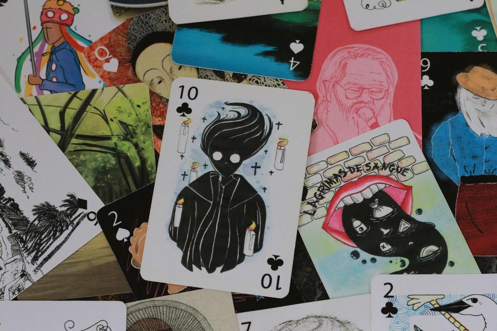 Cartas de baralho foram ilustradas de forma colaborativa por 17 ilustradores convidados (Foto: Waldson Costa/G1)