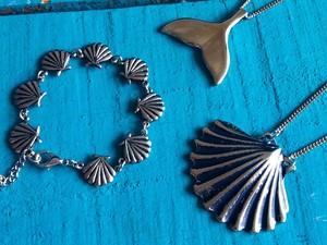 Peças do ateliê - colares, brincos, aneis, pulseiras - remetem ao mar. (Foto: Divulgação/AteliêPuraVida)