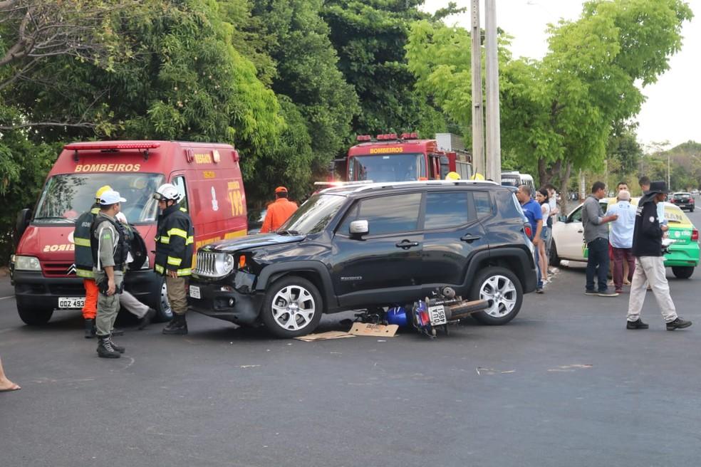 Piloto de moto ficou preso debaixo de carro durante colisão em Teresina â?? Foto: Lucas Marreiros/G1 PI