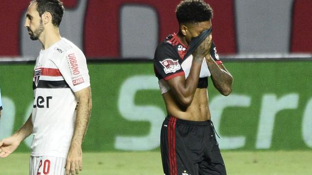 Vitinho lamenta pênalti perdido São Paulo x Flamengo