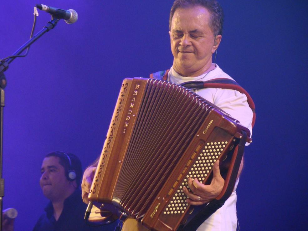 Flávio José concentrado durante passagem em que ele faz um solo de sanfona — Foto: Thomás Alves / TV Asa Branca