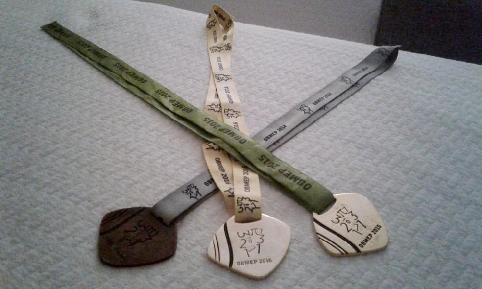 Medalhas foram conquistadas nas Olimpíadas Brasileiras de Matemática. Medalha de 2017 deve ser recebida este ano. (Foto: Leonardo Lima/Arquivo Pessoal)