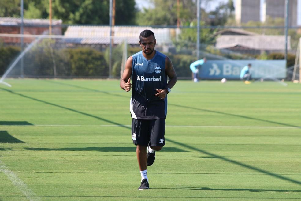 Leonardo volta a correr em treino do Grêmio — Foto: Eduardo Moura
