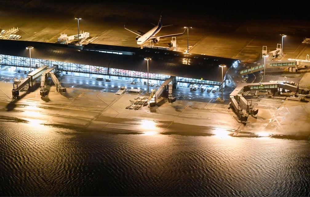 Pistas do Aeroporto Internacional de Kansai, em Osaka, no Japão, foram inundadas durante a passagem do tufão Jebi nesta terça-feira (4)  (Foto: Nobuki Ito / Kyodo News via AP)