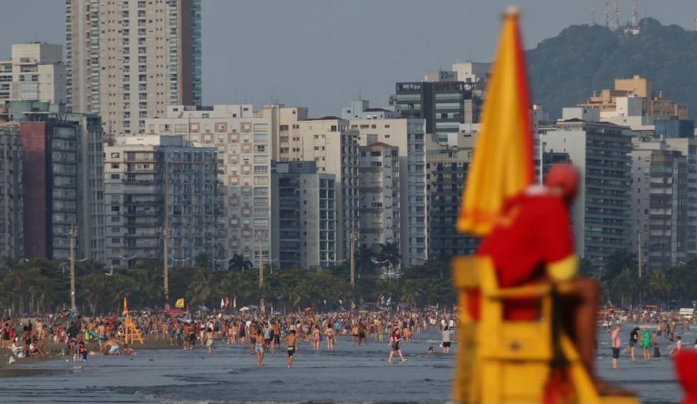 Movimento foi intenso nas praias de Santos, que tiveram acesso restrito em abril — Foto: Vanessa Rodrigues/Jornal A Tribuna