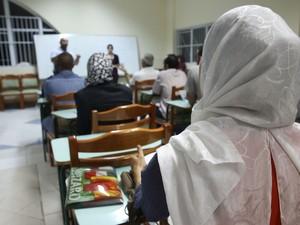Alunos na aula de português (Foto: Gabriel Chaim/G1)