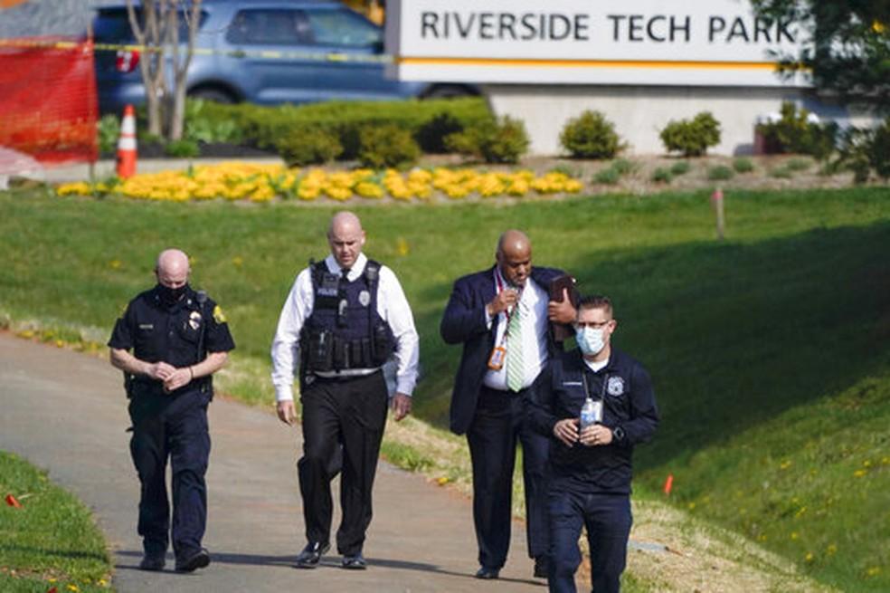 Policiais perto de local onde houve tiroteio no estado de Maryland, nos EUA, em 6 de abril de 2021 — Foto: Julio Cortez/AP