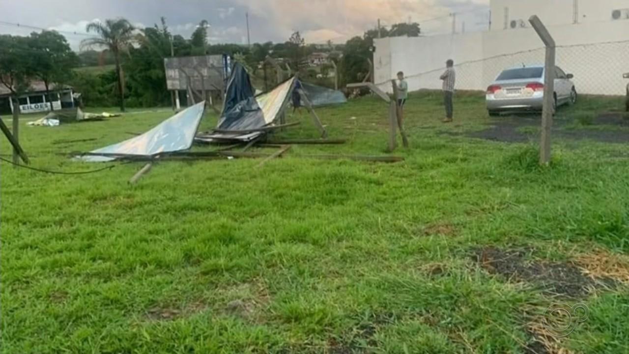 Temporal alaga ruas, derruba árvores e causa transtornos no centro-oeste paulista