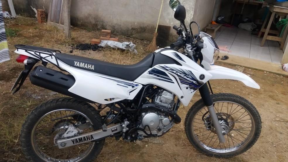 Motocicleta usada pelos suspeitos foi encontrada na residência onde ambos estavam (Foto: Buritis agora/Reprodução)