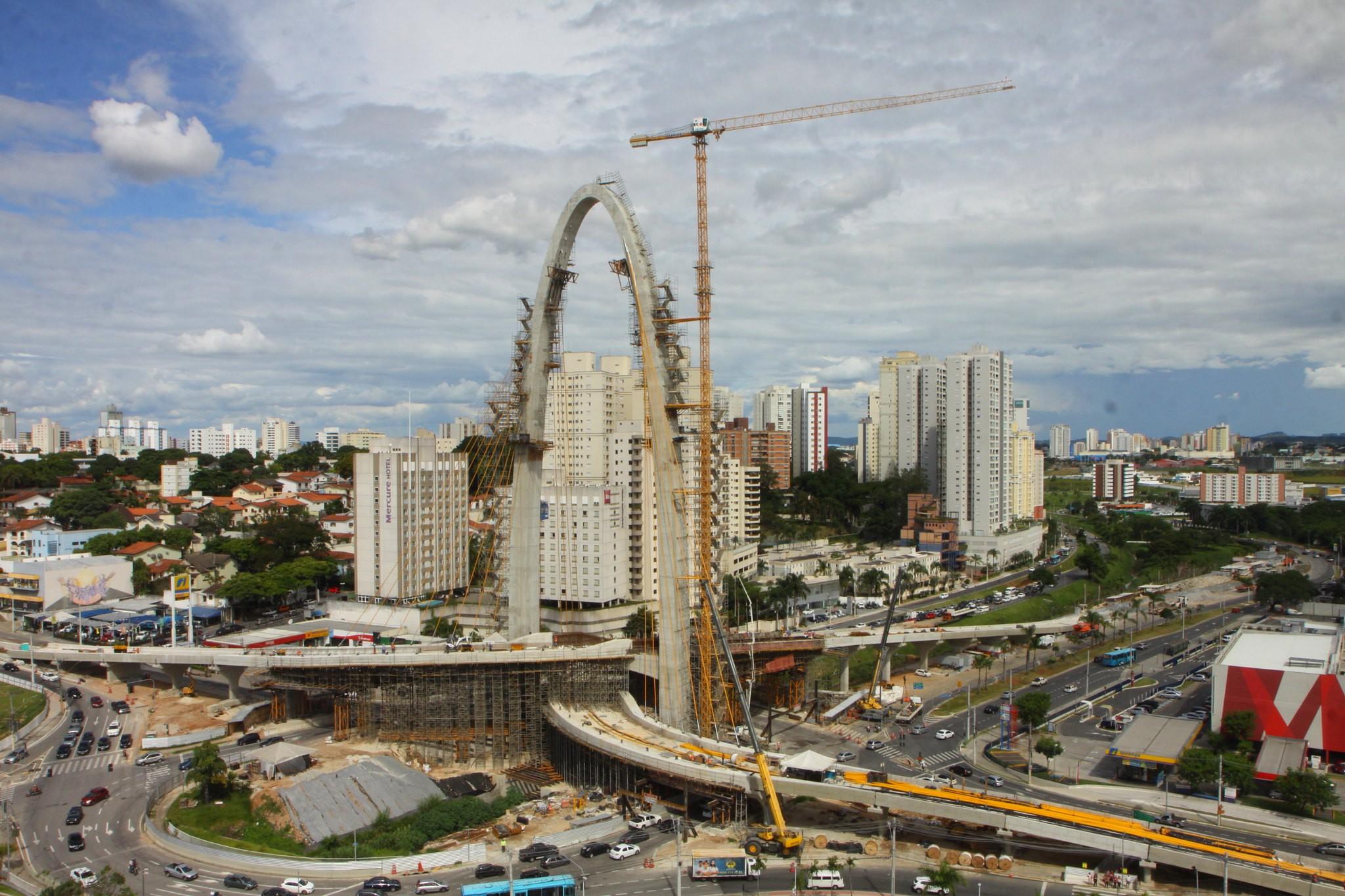 Rotatória do Colinas tem interdição  para obra da ponte estaiada em São José