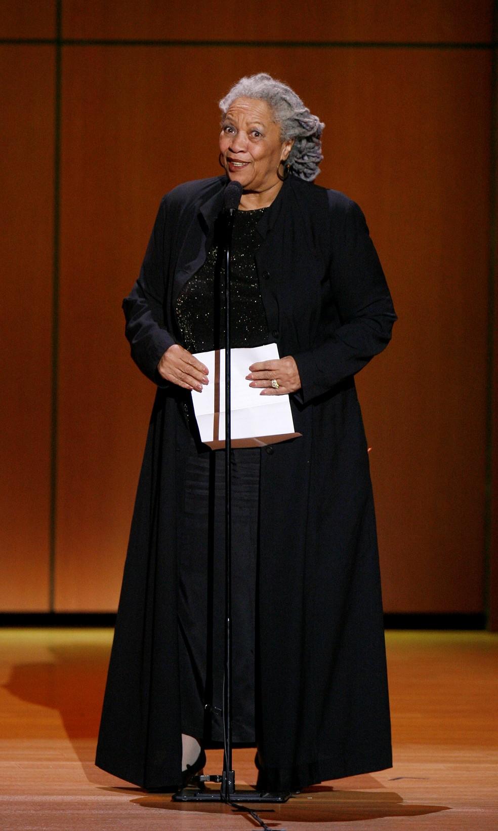 Em 2007, Toni Morrison recebe o prêmio de Mulher do Ano pela revista Glamour, em Nova York  — Foto: REUTERS/Lucas Jackson/Arquivo