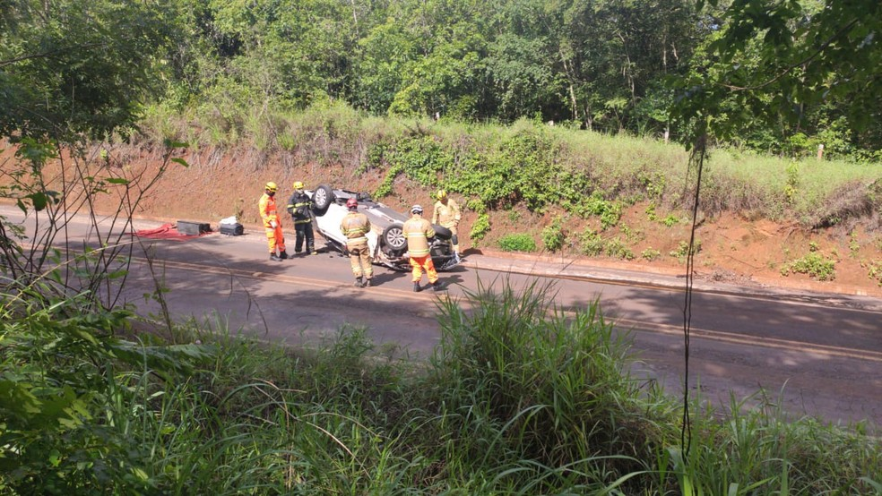 Motorista morre e mulher fica ferida após carro capotar na AMG-2545 em Veríssimo