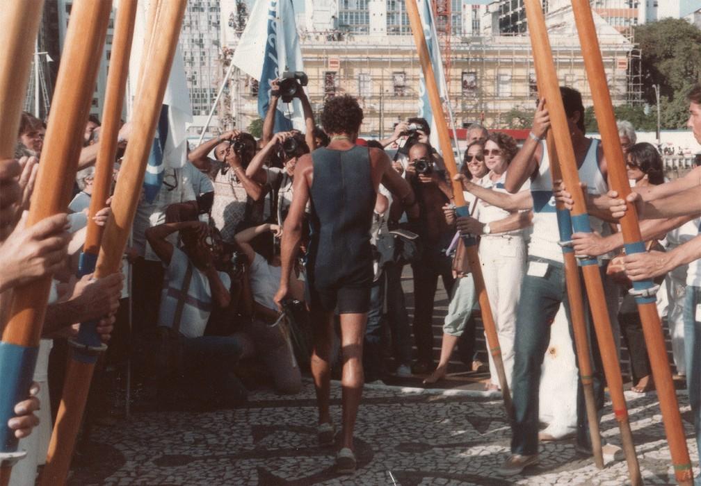 Amyr Klink chegou a Salvador em 19 de setembro de 1984 e recebeu uma homenagem de colegas do remo de São Paulo — Foto: Amyr Klink/Arquivo pessoal