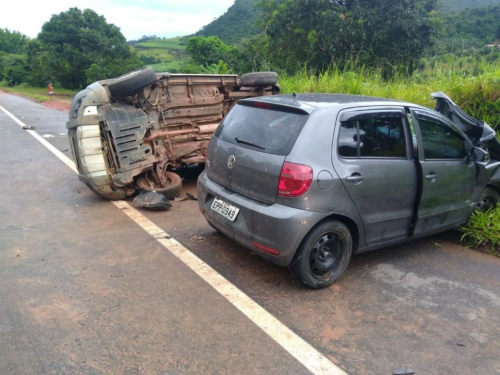 Um dos carros perdeu o controle de direção e invadiu a contramão (Foto: Polícia Militar Rodoviária/Arquivo Pessoal)